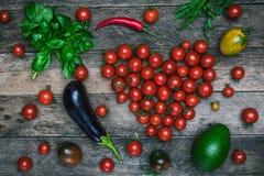 Forma e verdure del cuore del pomodoro come concetto sano di stile di vita Fotografie Stock Libere da Diritti