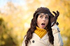 A forma engraçada surpreendeu a mulher com o eyewear no outono Imagens de Stock