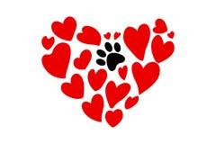 Forma exhausta del corazón de la mano de los corazones rojos de diversos tamaños y de una impresión animal negra de la pata ilustración del vector