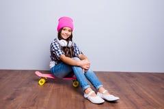 Forma feminino, pre conceito moderno do estilo de vida dos adolescentes Attr encantador foto de stock royalty free