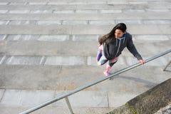 Forma fisica che allunga esercizio di gamba per scaldarsi prima dell'allenamento Fotografie Stock Libere da Diritti