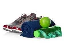 Forma fisica, concetto di perdita di peso con le scarpe da tennis, mele verdi, bottiglia di acqua potabile e misura di nastro Fotografie Stock Libere da Diritti