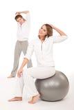 Forma fisica - coppia sana che allunga sul bianco Immagine Stock