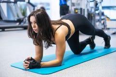 Forma fisica del ritratto che forma donna sportiva atletica Fotografia Stock