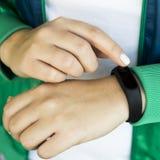 Forma fisica del ` s delle donne - acqua ed orologi astuti - aggeggi ed attrezzature per gli sport Fotografie Stock