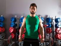 Forma fisica di allenamento dell'uomo del bilanciere alla palestra di sollevamento pesi Fotografie Stock Libere da Diritti