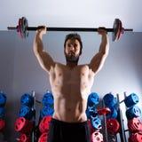 Forma fisica di allenamento dell'uomo del bilanciere alla palestra di sollevamento pesi Immagini Stock Libere da Diritti
