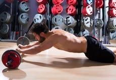 Forma fisica di allenamento dell'uomo di abdo del bilanciere alla palestra Fotografia Stock Libera da Diritti