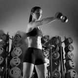 Forma fisica di allenamento della donna della testa di legno alla palestra Fotografie Stock