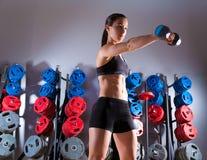 Forma fisica di allenamento della donna della testa di legno alla palestra Fotografia Stock