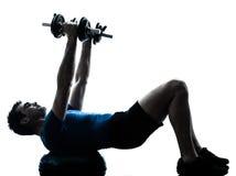 Forma fisica di allenamento di addestramento del peso di esercitazione dell'uomo Fotografie Stock