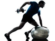 Forma fisica di allenamento di addestramento del peso di esercitazione dell'uomo Immagine Stock