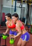 Forma fisica di Crossfit che solleva la donna di Kettlebell all'allenamento dello specchio Fotografie Stock