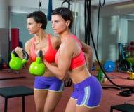Forma fisica di Crossfit che solleva la donna di Kettlebell all'allenamento dello specchio Fotografia Stock