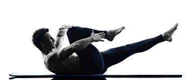 Forma fisica di esercizi dei pilates dell'uomo isolata Fotografie Stock