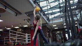 Forma fisica di Kettlebell, giovane atleta femminile che fa gli esercizi di forza nella palestra archivi video
