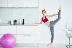 Forma fisica di pratica della giovane donna in buona salute a casa Fotografie Stock Libere da Diritti