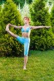 Forma fisica di pratica o yoga della bella donna Immagine Stock