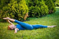 Forma fisica di pratica o yoga della bella donna Fotografia Stock