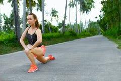 Forma fisica Donna che allunga preparazione funzionare Sport, esercitantesi, Immagini Stock