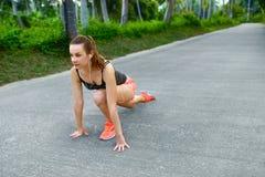 Forma fisica Donna che allunga preparazione funzionare Sport, esercitantesi, Fotografia Stock