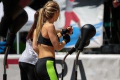 Forma fisica e concetto di esercitazione: Allenamento delle ragazze con la palla di velocità e la borsa di perforazione di pugila Fotografie Stock