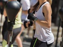 Forma fisica e concetto di esercitazione: Allenamento delle ragazze con la palla di velocità e la borsa di perforazione di pugila Immagine Stock Libera da Diritti
