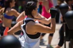 Forma fisica e concetto di esercitazione: Allenamento delle ragazze con la palla di velocità e la borsa di perforazione di pugila Immagine Stock