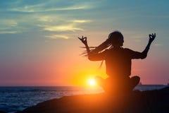 Forma fisica e stile di vita sano Siluetta di yoga fotografia stock libera da diritti
