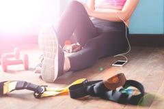 Forma fisica femminile che riposa e che si rilassa dopo l'allenamento Concetto sano di stile di vita Immagine Stock Libera da Diritti