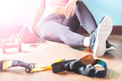 Forma fisica femminile che riposa e che si rilassa dopo l'allenamento Concetto sano di stile di vita Fotografie Stock