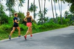 Forma fisica Funzionamento atletico adatto delle coppie Corridori che pareggiano sport H Fotografia Stock