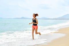Forma fisica Funzionamento atletico della donna sulla spiaggia Sport, esercitantesi, lui Immagine Stock Libera da Diritti