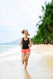 Forma fisica Funzionamento atletico della donna sulla spiaggia Sport, esercitantesi, lui Fotografie Stock Libere da Diritti