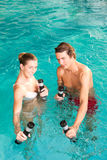 Forma fisica - ginnastica sotto acqua nella piscina Fotografie Stock Libere da Diritti