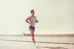 Forma fisica, l'allenamento, lo sport, concetto di stile di vita - equipaggi il funzionamento Fotografia Stock Libera da Diritti
