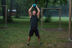 Forma fisica in natura - allenamento di Kettlebell Immagine Stock