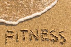 Forma fisica - parola attinta la spiaggia di sabbia Immagini Stock Libere da Diritti