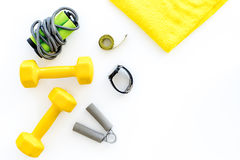 Forma fisica per allentare peso Teste di legno, corda di salto e nastro di misura sul copyspace bianco di vista superiore del fon Immagini Stock