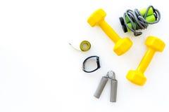 Forma fisica per allentare peso Teste di legno, corda di salto e nastro di misura sul copyspace bianco di vista superiore del fon Fotografia Stock Libera da Diritti