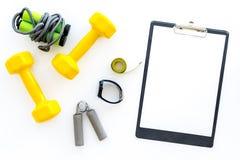 Forma fisica per allentare peso Teste di legno, corda di salto e nastro di misura sul modello bianco di vista superiore del fondo Immagini Stock
