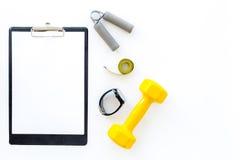 Forma fisica per allentare peso Teste di legno, estensore e nastro di misura sul copspace bianco del modello di vista superiore d Fotografia Stock
