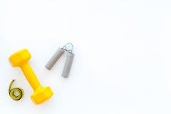 Forma fisica per allentare peso Teste di legno, estensore e nastro di misura sul copyspace bianco di vista superiore del fondo Immagine Stock