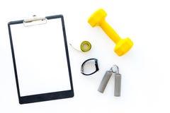 Forma fisica per allentare peso Teste di legno, estensore e nastro di misura sul modello bianco di vista superiore del fondo Fotografie Stock