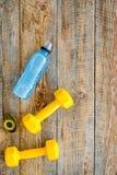 Forma fisica per allentare peso Teste di legno, nastro di misura ed acqua sul copyspace di legno di vista superiore del fondo Fotografie Stock