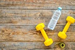 Forma fisica per allentare peso Teste di legno, nastro di misura ed acqua sul copyspace di legno di vista superiore del fondo Fotografia Stock