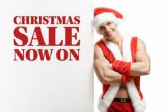Forma fisica Santa Claus con le vendite di un'insegna Fotografia Stock