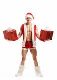 Forma fisica sexy Santa che tiene le scatole di un rosso Immagine Stock