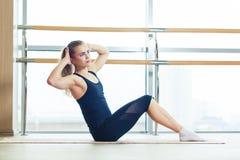 Forma fisica, sport, addestramento e concetto della gente - donna sorridente che fa gli esercizi addominali sulla stuoia in pales Immagine Stock Libera da Diritti