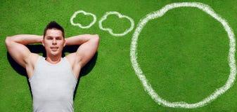Forma fisica, sport, allenamento - concetto Rilassamento bello dello sportivo Fotografie Stock